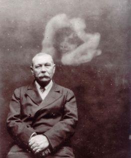 Doyle mit einem 'Geist' - Fotografie von Ada Deane, Quelle Wikimedia Commons